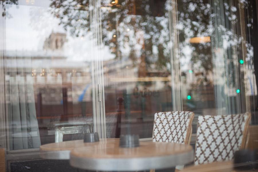 Paris proposal spots: proposal in a cafe paris   Bulles de Joie