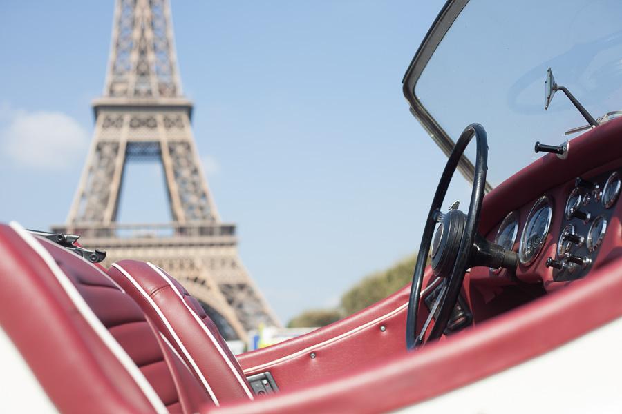 Elopement wedding photographs paris | In a vintage car