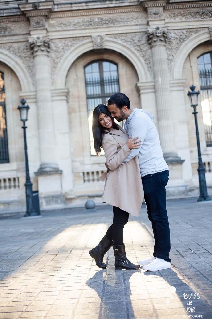 shooting photo couple - amoureux tête contre tête se prenant dans les bras