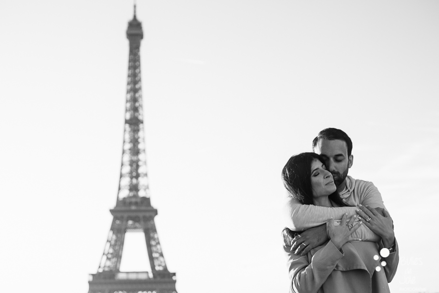 Shooting photo couple - photo en noir et blanc d'un couple s'enlacant au pied de la Tour Eiffel