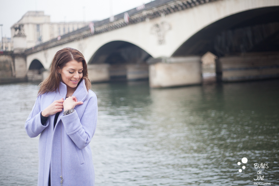 Glam shoot in Paris on the River Seine | Glamorous portrait by Bulles de Joie photographer Happy People, see more at