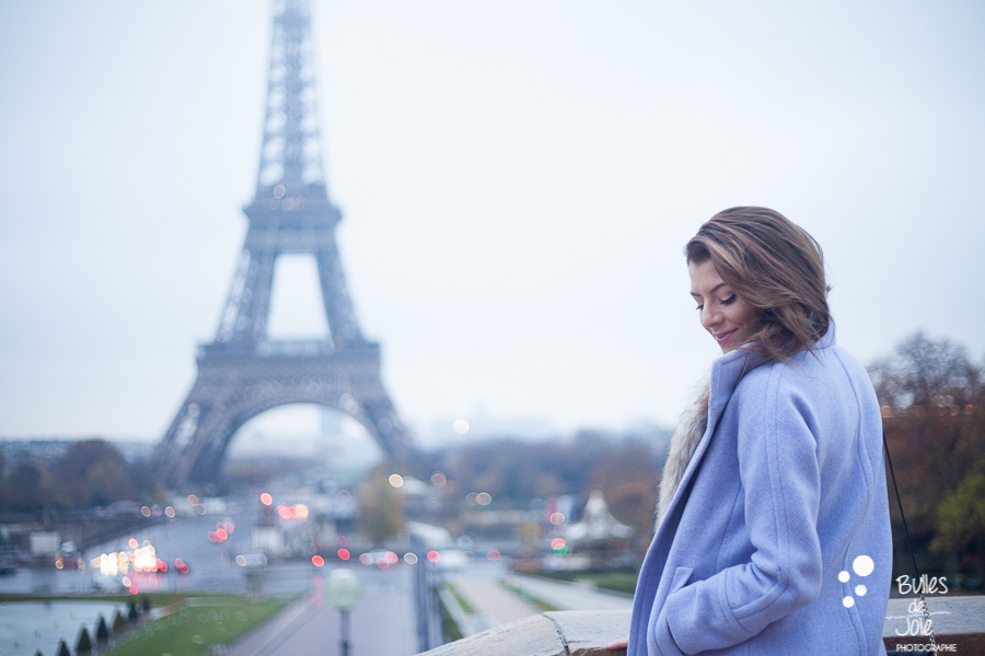 Photoshoot in Paris with the Eiffel Tower in the background | Glamorous portrait by Bulles de Joie photographer Happy People, see more at https://www.bullesdejoie.net/2016/12/05/glamorous-portrait-paris/