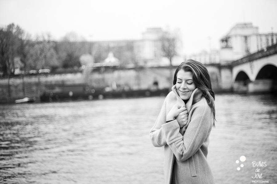 Séance photo solo en hiver à Paris, Quais de Seine | Photo de Bulles de Joie, en voir plus : https://www.bullesdejoie.net/2016/12/19/photographe-portrait-solo-paris/?lang=fr