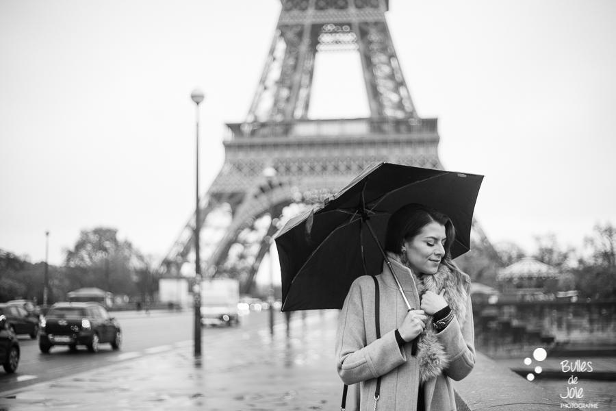 Portrait solo sous la pluie en noir et blanc devant la Tour Eiffel Paris | Photo de Bulles de Joie, en voir plus : https://www.bullesdejoie.net/2016/12/19/photographe-portrait-solo-paris/?lang=fr