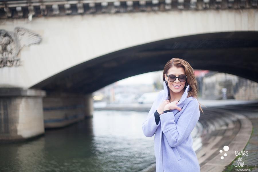 Portrait glamour en solo à Paris, Quais de Seine | Photo de Bulles de Joie, en voir plus : https://www.bullesdejoie.net/2016/12/19/photographe-portrait-solo-paris/?lang=fr