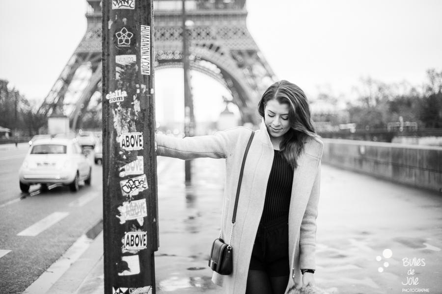 Photo de femme en noir et blanc devant la Tour Eiffel à Paris | Image de Bulles de Joie, en voir plus : https://www.bullesdejoie.net/2016/12/19/photographe-portrait-solo-paris/?lang=fr