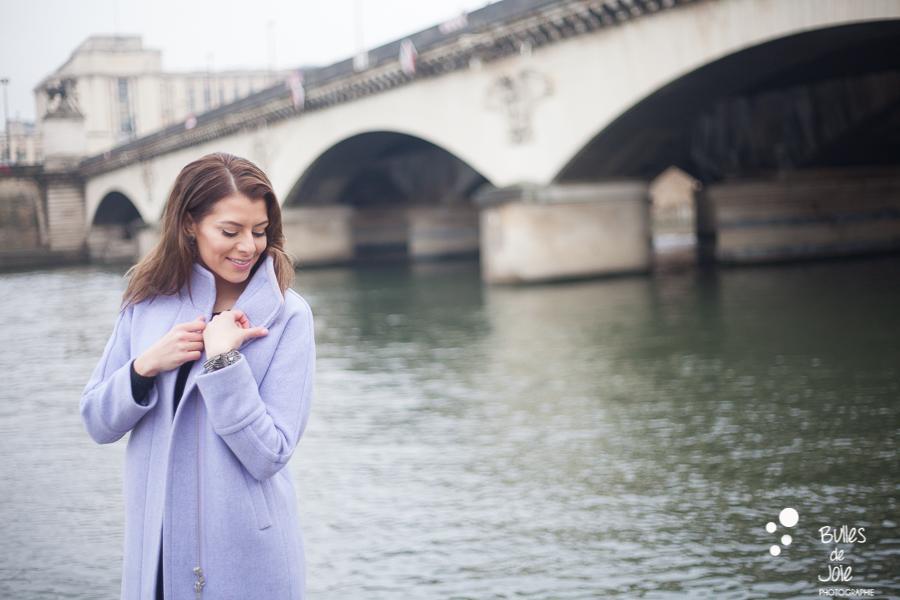 Portrait glamour de femme à Paris, Quais de Seine | Photo de Bulles de Joie, en voir plus : https://www.bullesdejoie.net/2016/12/19/photographe-portrait-solo-paris/?lang=fr