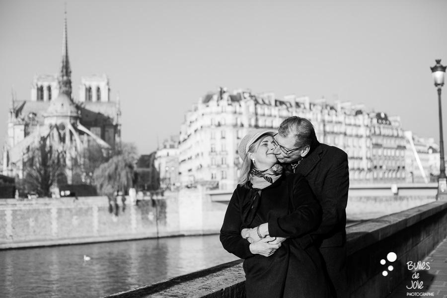 Seance photo couple pour anniversaire de mariage : 40 ans d'amour - Photo par Bulles de Joie, photographe couple Paris. En découvrir plus :