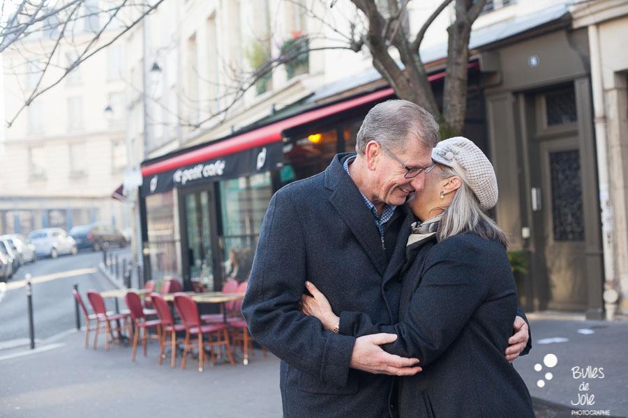 Seance photo couple pour anniversaire de mariage : 40 ans d'amour - Photo par Bulles de Joie, photographe couple Paris. En découvrir plus : https://www.bullesdejoie.net/2016/12/26/seance-photo-couple-paris/?lang=fr