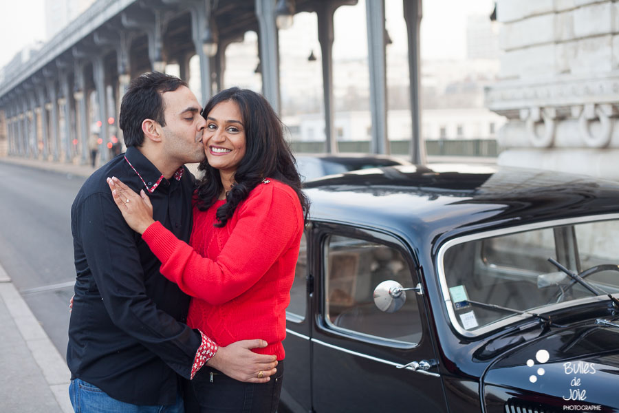 Proposal in Paris with a vintage car | By Bulles de Joie, engagement photographer in Paris | See more at: https://www.bullesdejoie.net/2017/01/09/surprise-proposal-bir-hakeim-paris-eiffel-tower/
