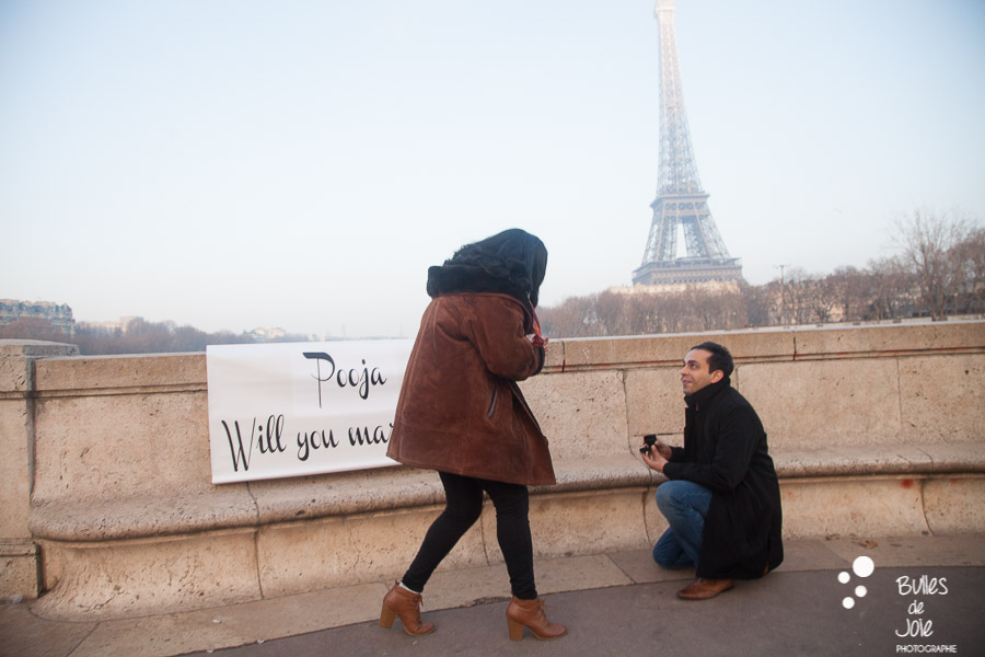 Popping the question at Bir Hakeim | By Bulles de Joie, paris surprise propoal photographer | See more at: https://www.bullesdejoie.net/2017/01/09/surprise-proposal-bir-hakeim-paris-eiffel-tower/