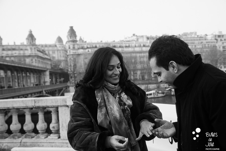 Romantic surprise proposal at Bir Hakeim | By Bulles de Joie, paris surprise propoal photographer | See more at: https://www.bullesdejoie.net/2017/01/09/surprise-proposal-bir-hakeim-paris-eiffel-tower/