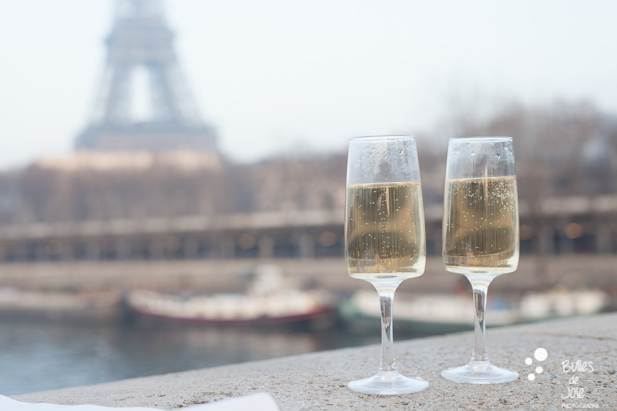 Romantic surprise proposal at Bir Hakeim | By Bulles de Joie, engagement shoots and proposals in Paris | See more at: https://www.bullesdejoie.net/2017/01/09/surprise-proposal-bir-hakeim-paris-eiffel-tower/
