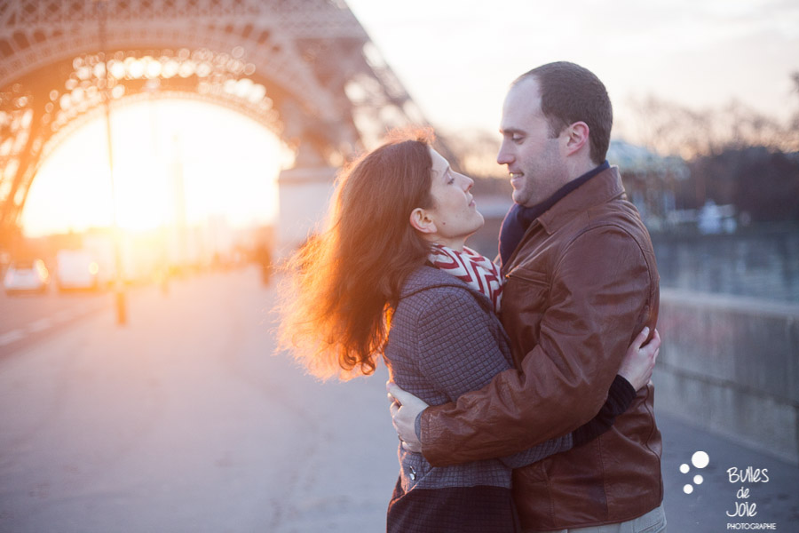 Paris wedding anniversary | Sunrise romantic love photo session in Paris with Bulles de Joie, paris photographer of Happy People | See more at: