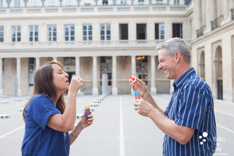 This family portrait illustrates the blog post written by the photographer Bulles de Joie about a paris family photoshoot at the Jardins du Palais Royal and more exactly at colonnes de Buren