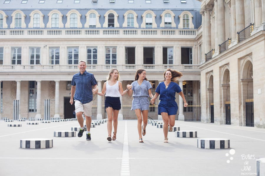 This family portrait illustrates the blog post written by the photographer Bulles de Joie about a paris family photoshoot louvre at the Jardins du Palais Royal, close to the Louvre, and more exactly at colonnes de Buren