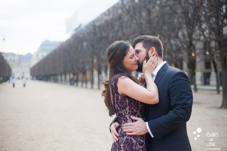 A man kissing his wife on her cheek. Photo that illustrate the blog post: romantic couple photoshoot paris by the Paris photographer Bulles de Joie. More photos at: https://www.bullesdejoie.net/2017/03/06/romantic-couple-photoshoot-paris/