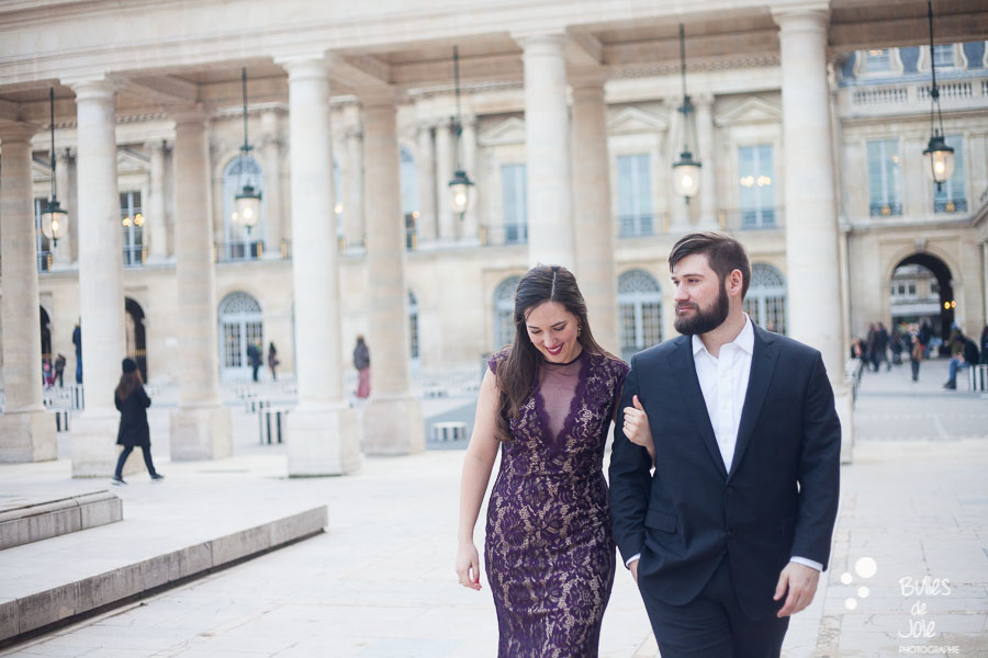 Couple walking together in the jardins du Palais Royal. Photo that illustrate the blog post: romantic couple photoshoot paris by the Paris photographer Bulles de Joie. More photos at: https://www.bullesdejoie.net/2017/03/06/romantic-couple-photoshoot-paris/