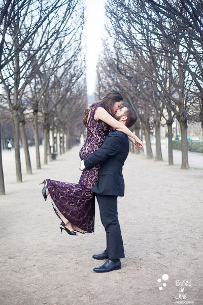 A man holding his wife and kissing her. Photo that illustrate the blog post: romantic couple photoshoot paris by the Paris photographer Bulles de Joie. More photos at: https://www.bullesdejoie.net/2017/03/06/romantic-couple-photoshoot-paris/