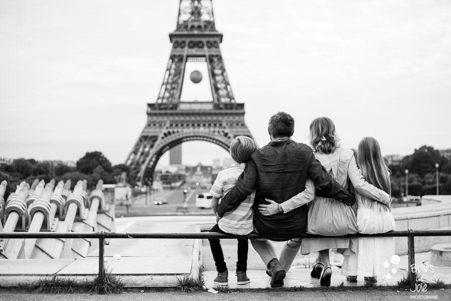 Eiffel Tower Family Photoshoot | Bulles de joie Paris