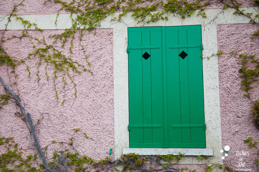 Green window and a pink wall. Village of Monet, Giverny, France. More photos at: https://www.bullesdejoie.net/2017/04/25/romantic-proposal-monets-garden-giverny-france/