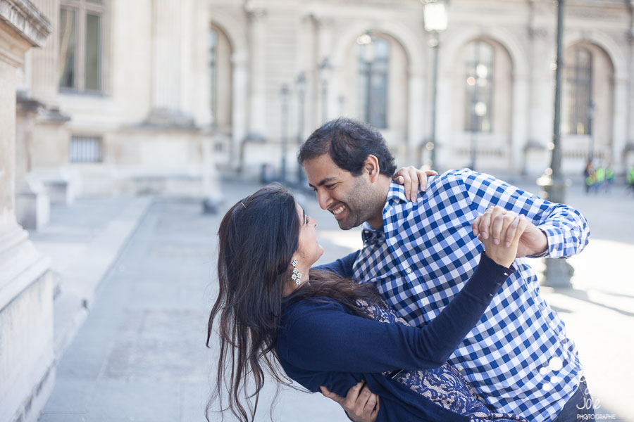 A couple dancing in Paris, at the Louvre. Portrait illustrating the blog post created by Bulles De Joie, professional photographer in Paris on the blog post: photos for couples in Paris. More photos: