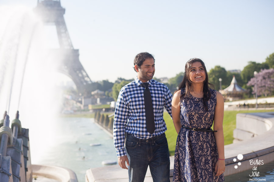 Lovers walking hand by hand on the Trocadero, in front of the Eiffel Tower. Portrait illustrating the blog post created by Bulles De Joie, professional photographer in Paris on the blog post: photos for couples in Paris. More photos: