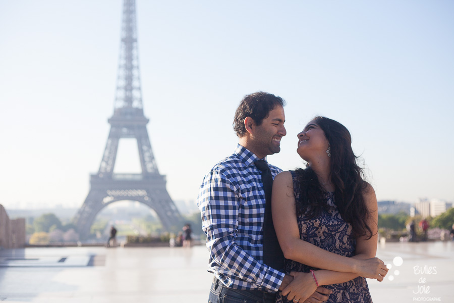 Lovers looking at each other with love, on the Trocadero, in front of the Eiffel Tower. Portrait illustrating the blog post created by Bulles De Joie, professional photographer in Paris on the blog post: photos for couples in Paris. More photos: