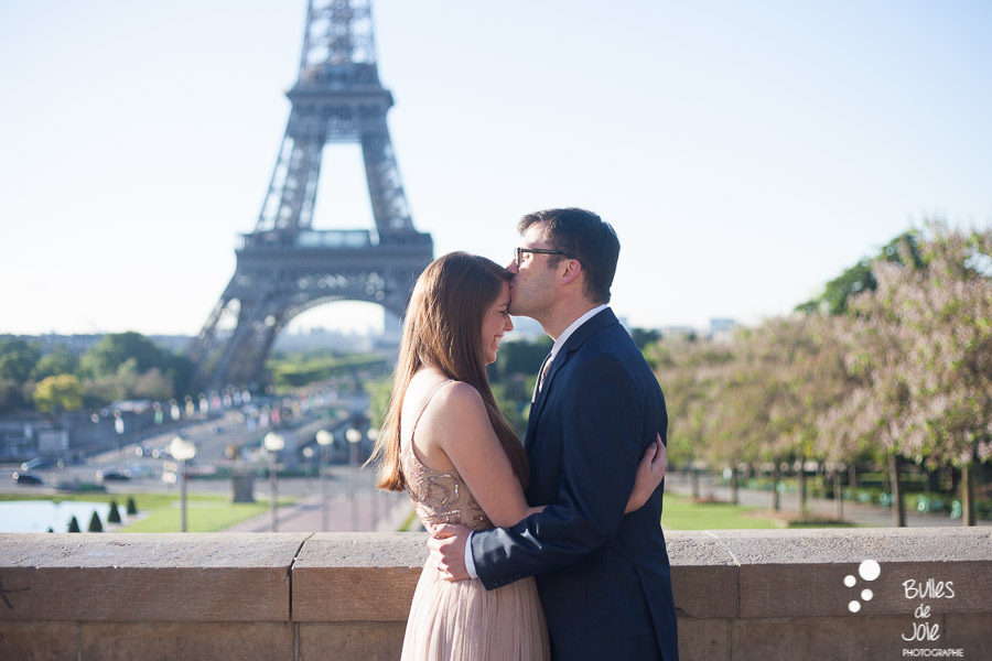 Couple kissing at the Eiffel Tower. Private photo shoot Paris from Bulles de Joie, professional paris photographer. More photos: