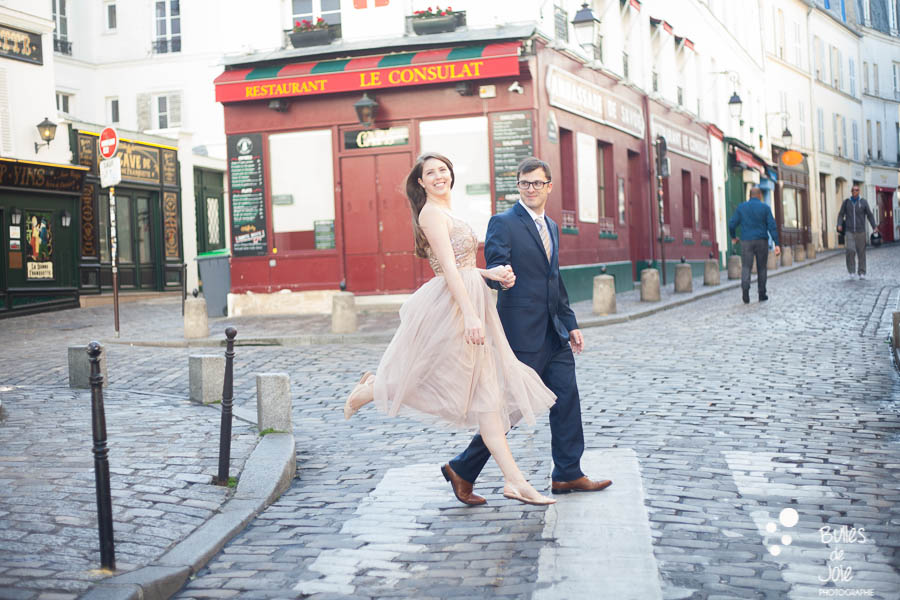 Lovers crossing the street. Private photo shoot Paris captured at Montmartre by Bulles de Joie, professional paris photographer. More photos: