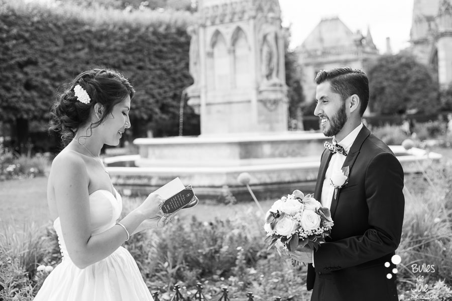Black and white photo of an elopement ceremony in Notre-Dame garden. More photos at: