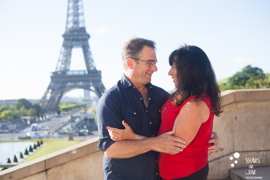 25th anniversary. Love photo session at the Eiffel Tower captured by Bulles de Joie. More photos: https://www.bullesdejoie.net/en/2017/07/13/paris-love-session-25th-anniversary/