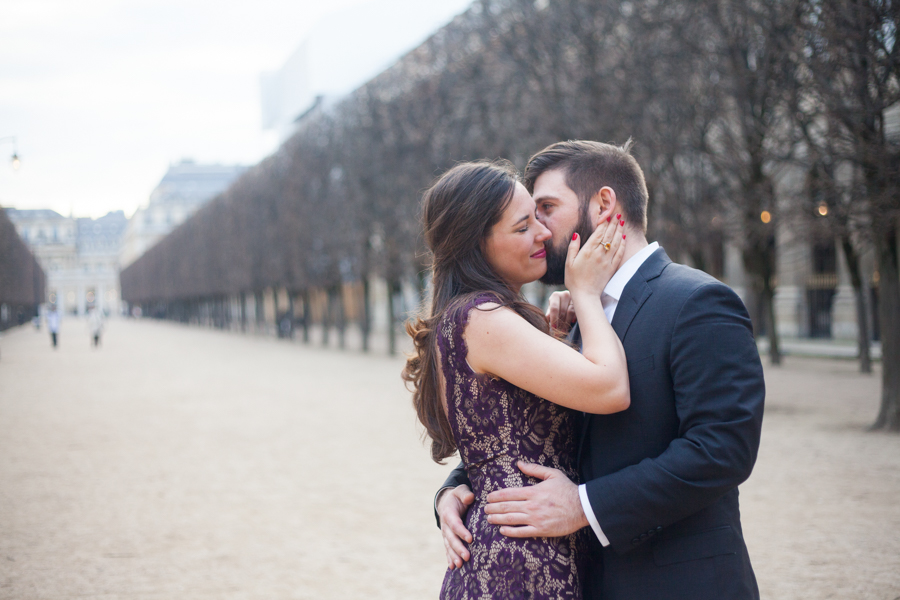 Couple kissing in Palais Royal in Paris. Photo captured by Bulles de Joie, Engagement & family photographer in Paris.