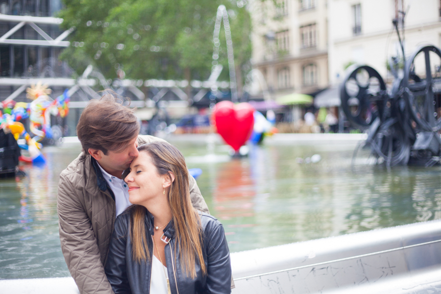 Lovers kissing in front of a parisian fountain. Photo captured by Bulles de Joie, Engagement & family photographer in Paris.