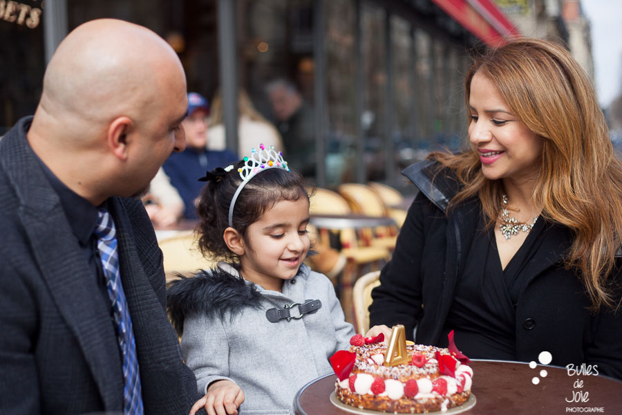 Birthday photo session in Paris, at a cafe. Captured by the professional photographer Bulles de Joie. More photos: