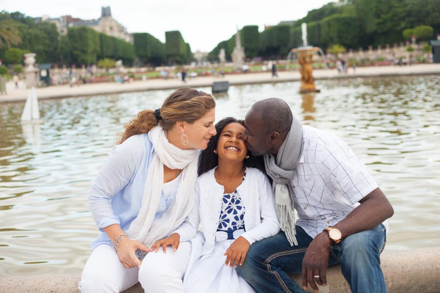 Family photoshoot in front of a fountain in Paris. Captured by Bulles de Joie, Paris family photographer.