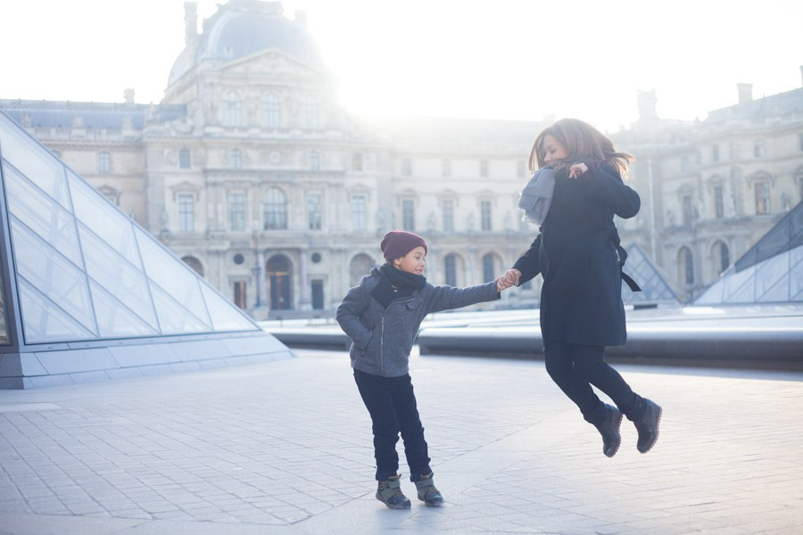 Family photoshoot at the Louvre. Captured by Bulles de Joie, Paris family photographer.