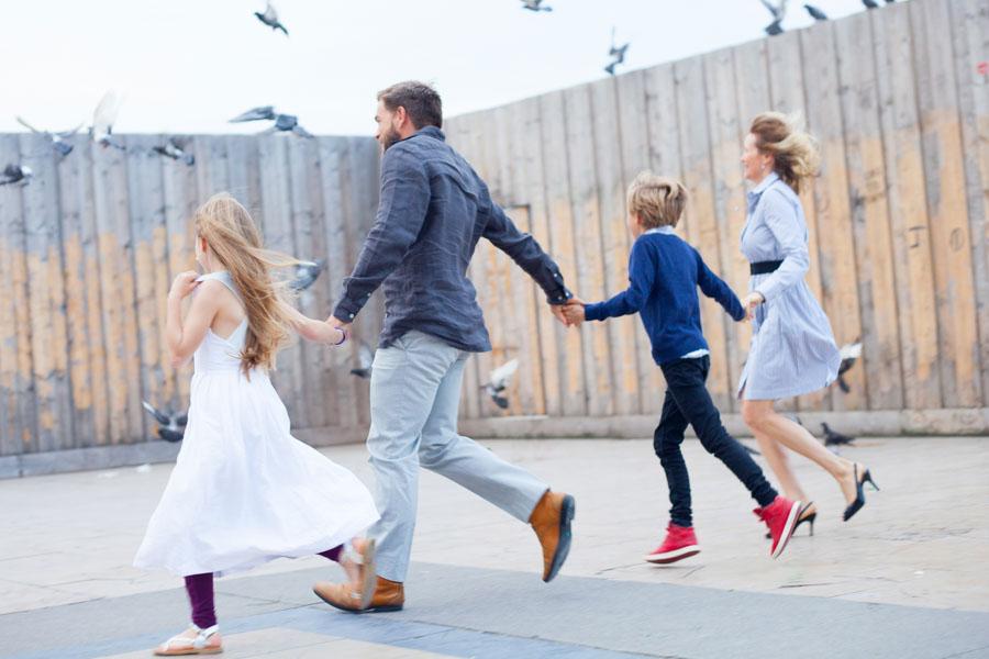 Famille courant et faisant s'envoler les pigeons. Souvenir immortalisé par Bulles de Joie, photographe famille à Paris et région parisienne, Hauts-de-Seine, Yvelines.