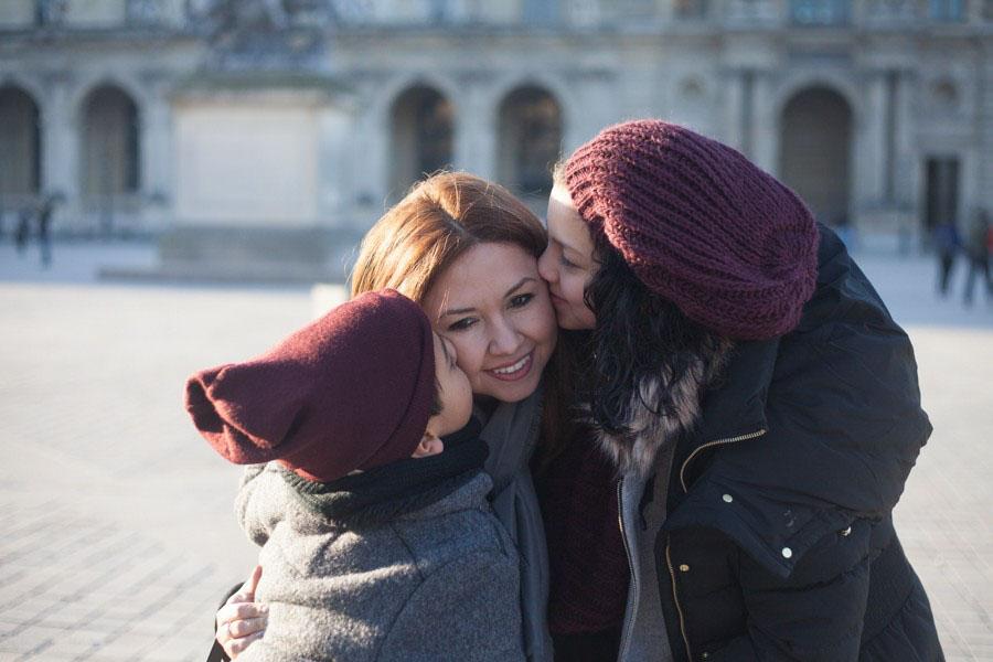 Une fille et un garçon faisant un bisou sur la joue de leur maman. Souvenir immortalisé par Bulles de Joie, photographe famille à Paris et région parisienne, Hauts-de-Seine, Yvelines