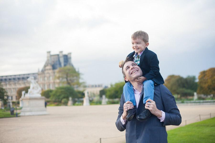 Un papa regardant son fils souriant. Séance photo au jardin des Tuileries à Paris. Souvenir immortalisé par Bulles de Joie, photographe famille à Paris et région parisienne, Hauts-de-Seine, Yvelines