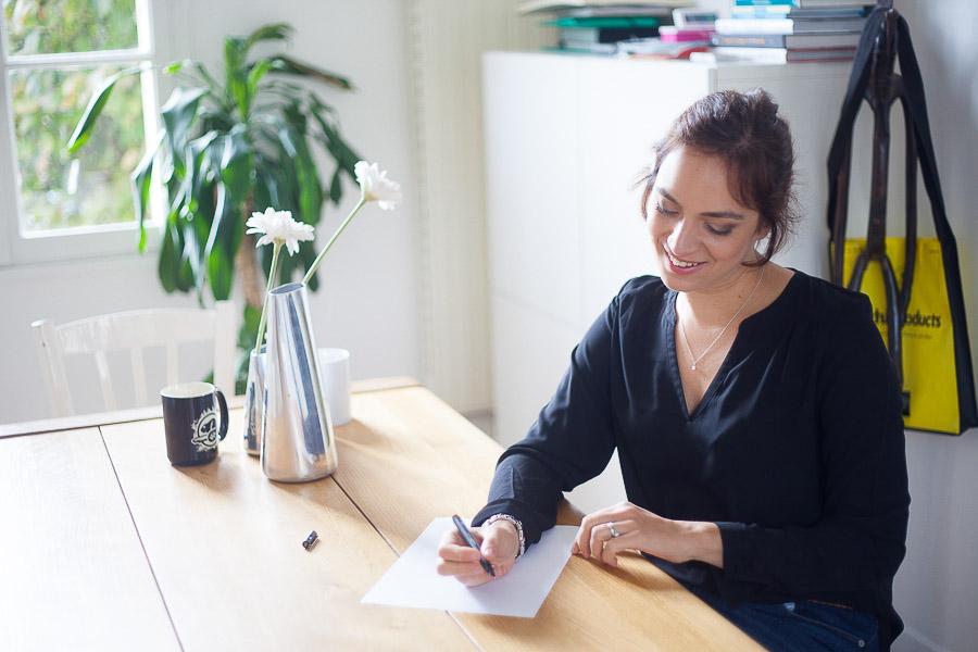 Portrait professionnel décontracté d'une architecte d'intérieur pour une photo de profil sur un site Internet