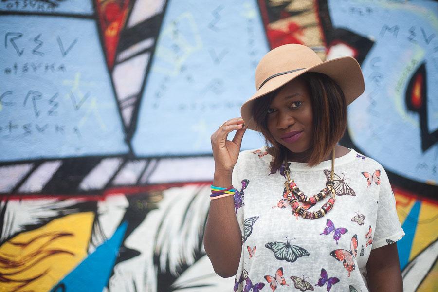 Portrait professionnel décontracté d'une entrepreneuse, en extérieur, pour un article de blog