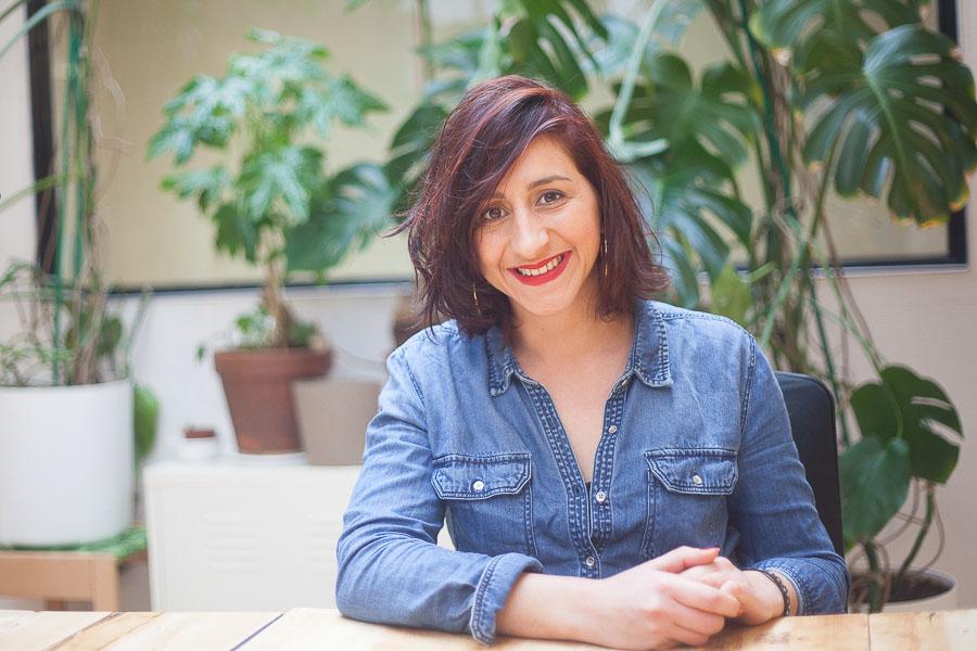 Portrait professionnel dans son espace de coworking d'une femme entrepreneure