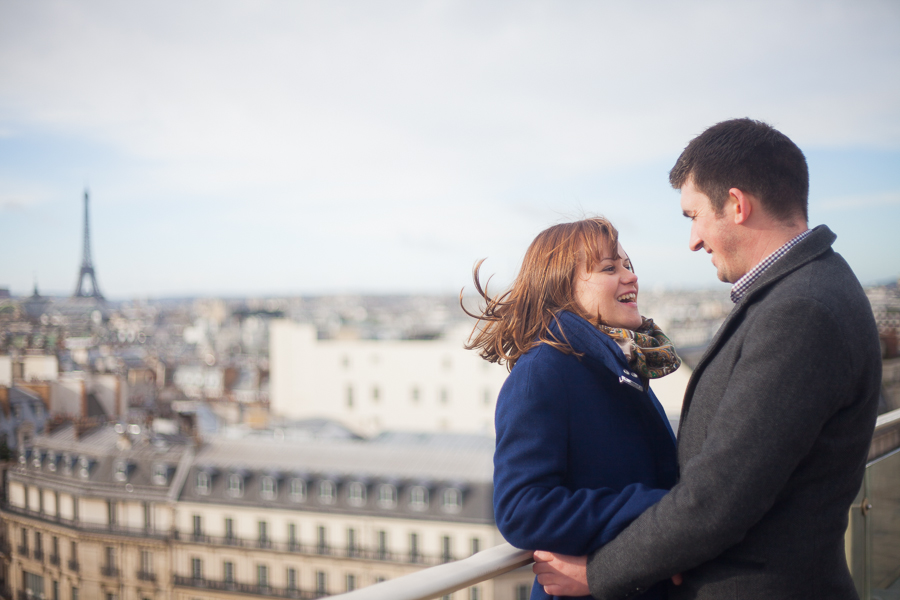 Photo de couple sur les toits de Paris