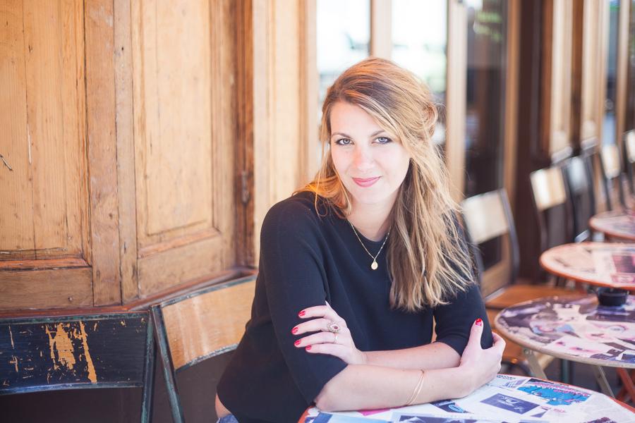 Portrait en solo dans un café parisien