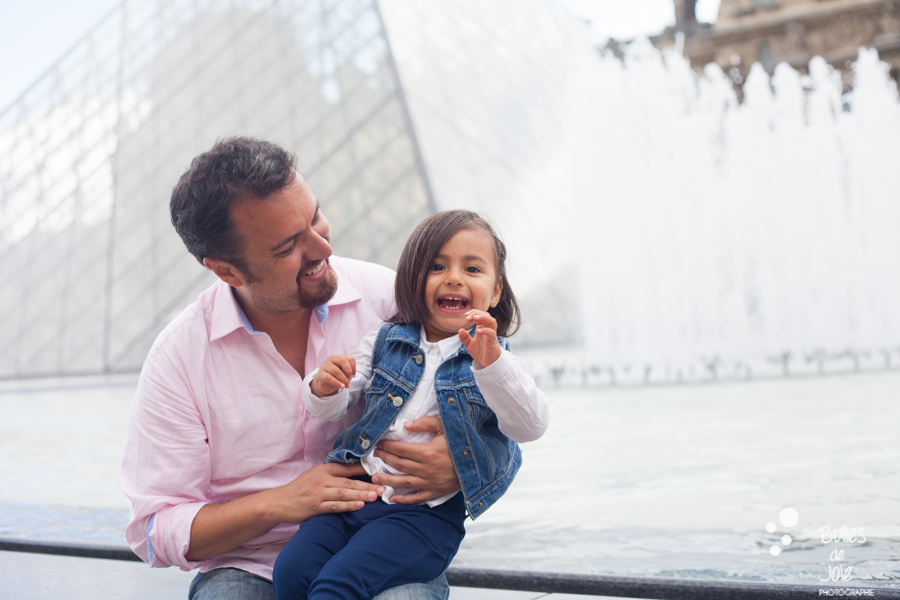 ONe-year old girl with her dad on vacation in Paris. More photos: https://www.bullesdejoie.net/en/2017/09/14/eifel-tower-family-photoshoot-family-s/