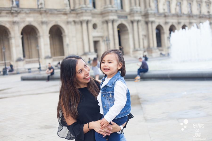 ONe-year old girl with her mum on vacation in Paris. More photos: https://www.bullesdejoie.net/en/2017/09/14/eifel-tower-family-photoshoot-family-s/