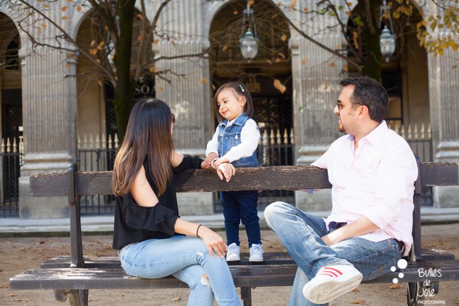 Parents interacting with their little girl on a parisian photoshoot in the Palais Royal Garden. More photos: https://www.bullesdejoie.net/en/2017/09/14/eifel-tower-family-photoshoot-family-s/
