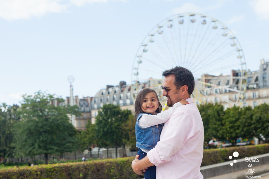 Family photoshoot in the Tuileries Garden with the big wheel in the background. More photos: https://www.bullesdejoie.net/en/2017/09/14/eifel-tower-family-photoshoot-family-s/