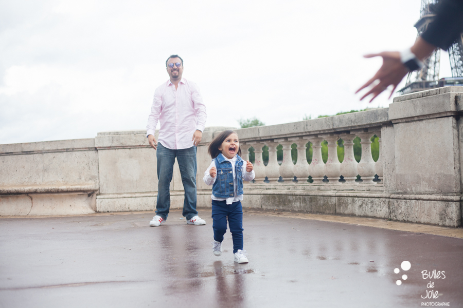 Little girl running in her mum's arms. Eifel Tower family photoshoot with Bulles de Joie, professional photographer in Paris. More photos: https://www.bullesdejoie.net/en/2017/09/14/eifel-tower-family-photoshoot-family-s/